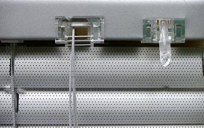 detail commande mécanisme stores vénitien alu 25 mm store microperforé gris sur mesure eco-stores-fr